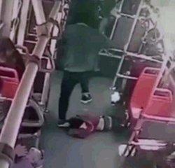 惊人!男孩公交车上调皮踢乘客被狂揍