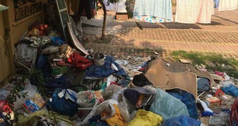南京老人捡垃圾致楼道臭味熏天 律师咨询:侵犯邻居乡邻权