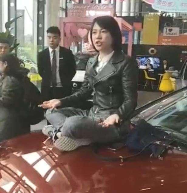女硕士爬豪车哭诉维权难引热议 法律咨询: 退换是消费者的权利